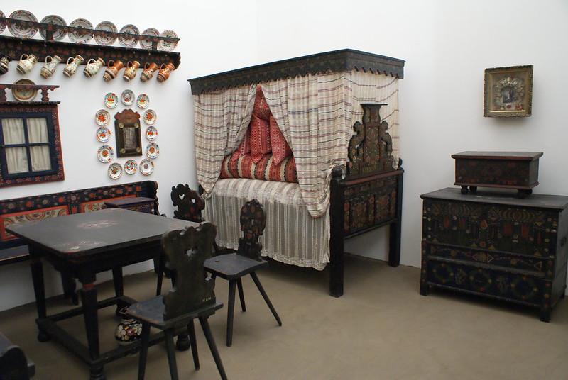 Intérieur typique du maison en Transylvanie dans le musée ethnographique hongrois.