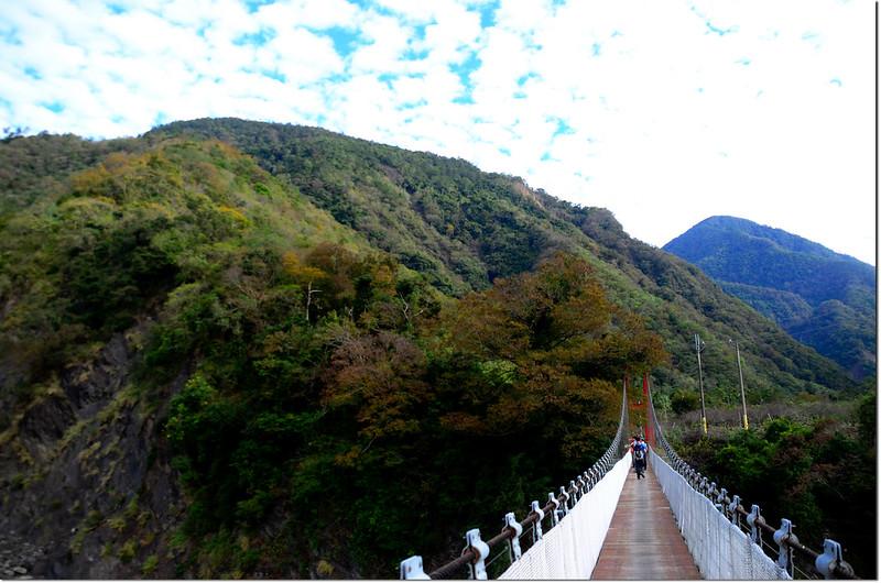 五溪吊橋東北望獅子尾山(L)、荖濃山(R)