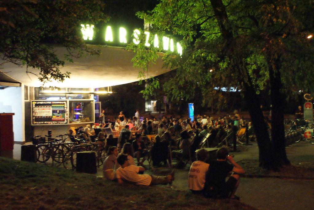 > Terrasse du bar de la gare Powisle à Varsovie.