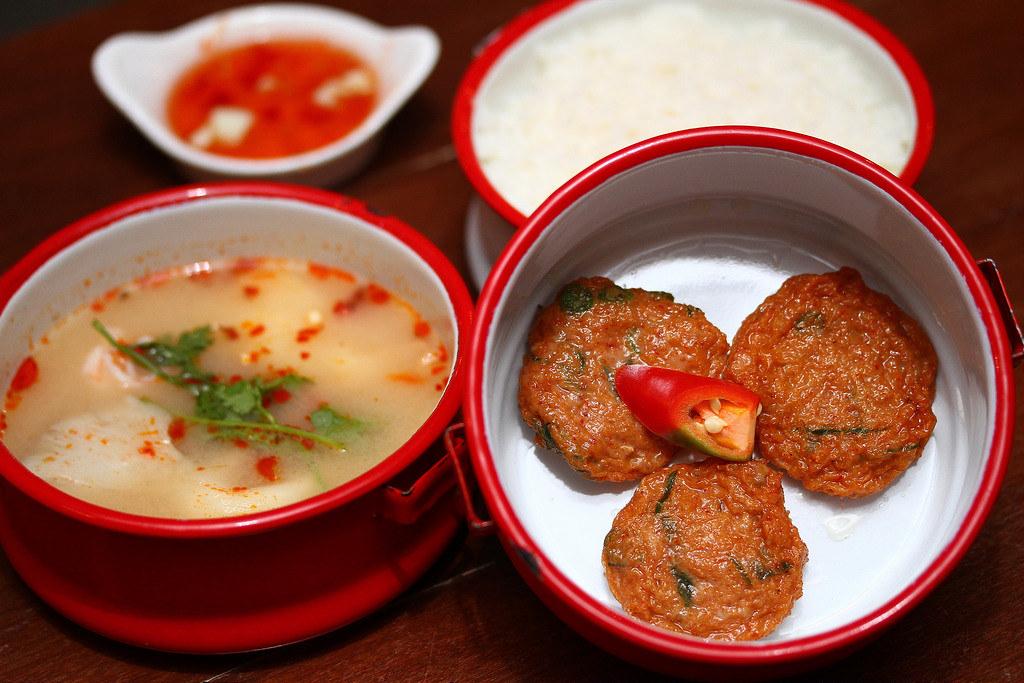 Tinkat的人们集体享用泰国菜
