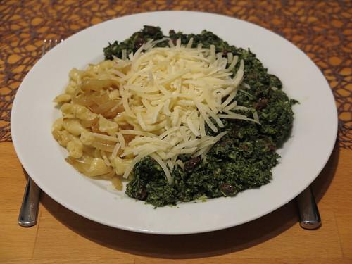 Grünkohl mit Rosinen zu Spätzle mit Zwiebeln sowie Parmesan