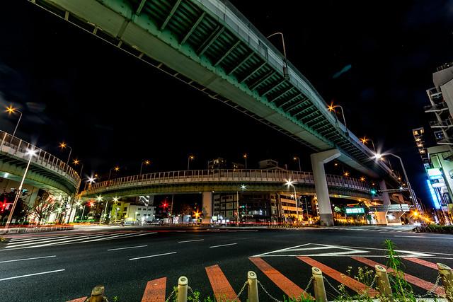 東片端ジャンクションの合流ポイントを広角レンズで2つ同時に撮影した写真