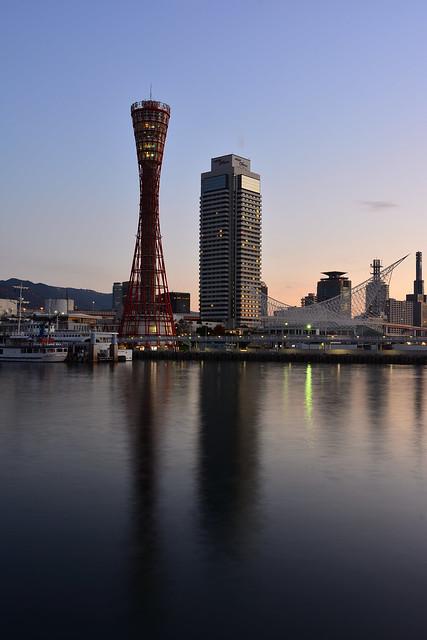 朝日を浴びるポートタワーの写真