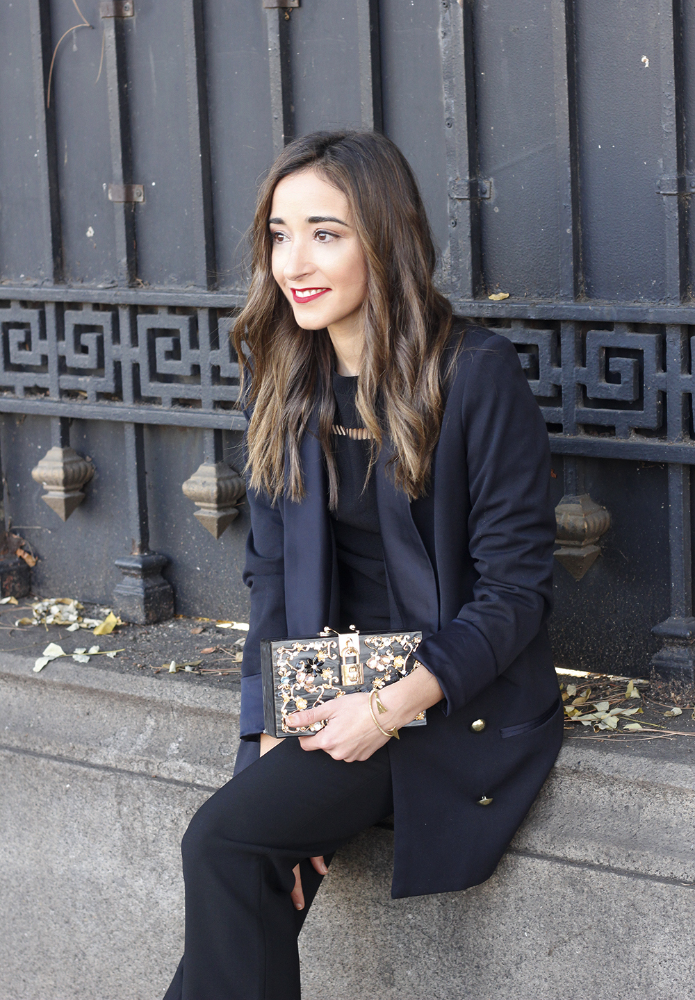 Black trousers with a ruffle on the bottom uterqüe bag accessories black heels blazer outfit style fashion08