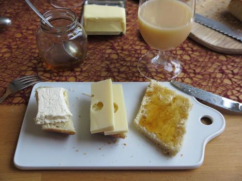 Käse und Petersilienhonig auf frischgebackenem Weißbrot