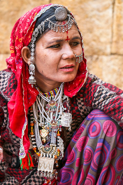 Woman dressed gorgeously selling accessories, Jaisalmer Fort, India ジャイサルメール、ゴージャスに着飾ったアクセサリー売りの女性