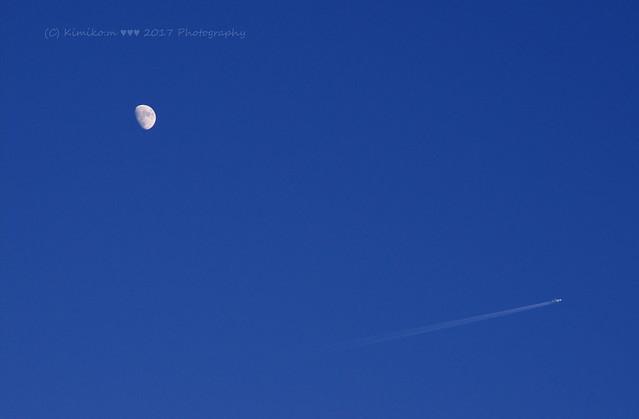 月齢 9.8の月と飛行機