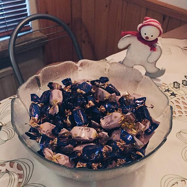 joulusuklaa, christmas chocolate, konvehdit, confections, joulu, christmas, herkut, treats, fazer suklaa, fazer chocolate, suklaa kulho, geisha suklaa, geisha chocolate,