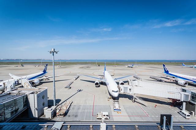 広角レンズで撮影した羽田空港の写真