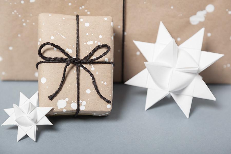 DIY Papel de regalo en 5 min · DIY Make Your Own Wrapping Paper · Fábrica de Imaginación · Tutorial in Spanish