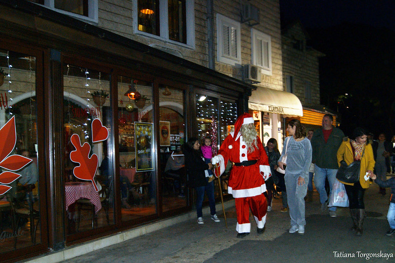 Дед Мороз идет к ребятишкам
