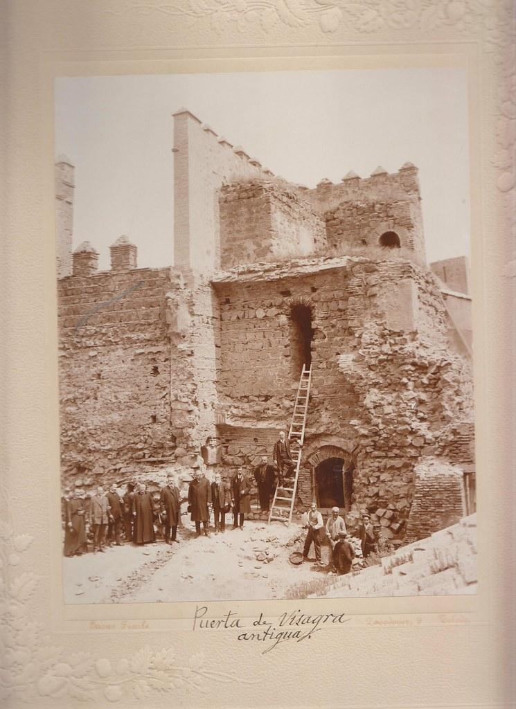 Restauración de la Puerta Vieja de Bisagra. Foto de Pedro Lucas Fraile en 1905. Col. Luis Alba