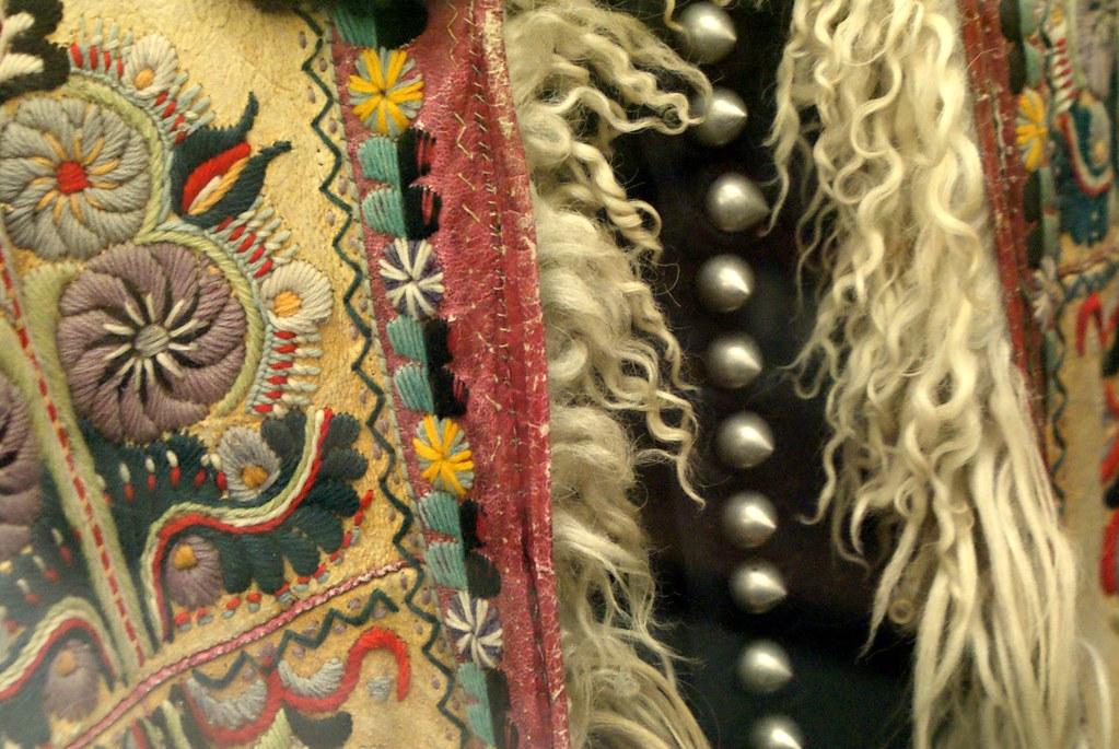 Costume de berger (?) richement décoré au musée ethnographique de Budapest.