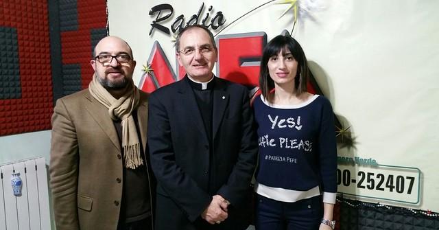 Padre Antonio De Luca Vescovo nella redazione di Radio Alfa