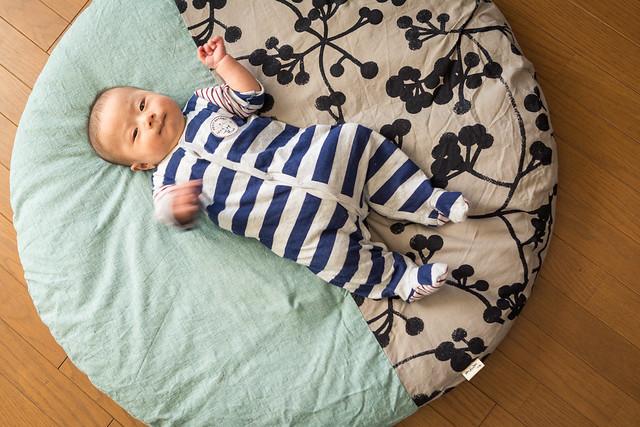 せんべい座布団で寝る赤ちゃんの写真