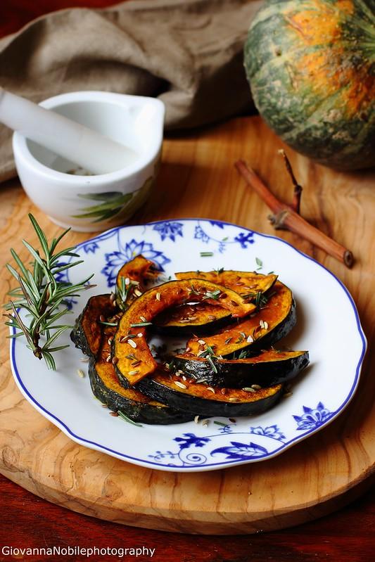 Ricetta della zucca al forno con rosmarino, timo, semi di lino e finocchio