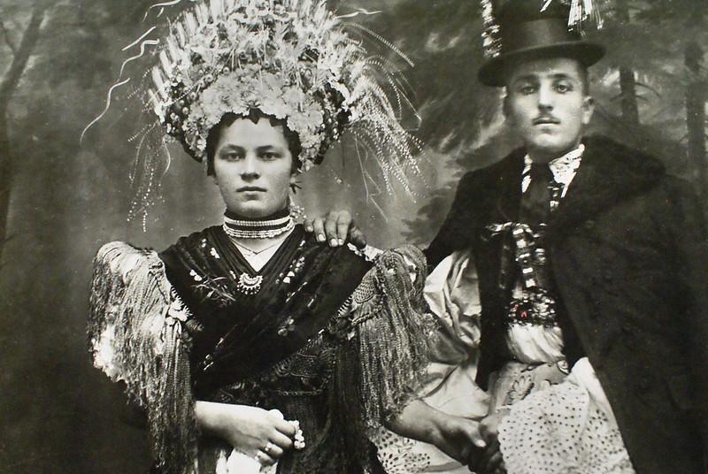 Couronne et petit chapeau pour un mariage élégant dans les Carpates. Mussée d'ethnographie de Budapest.