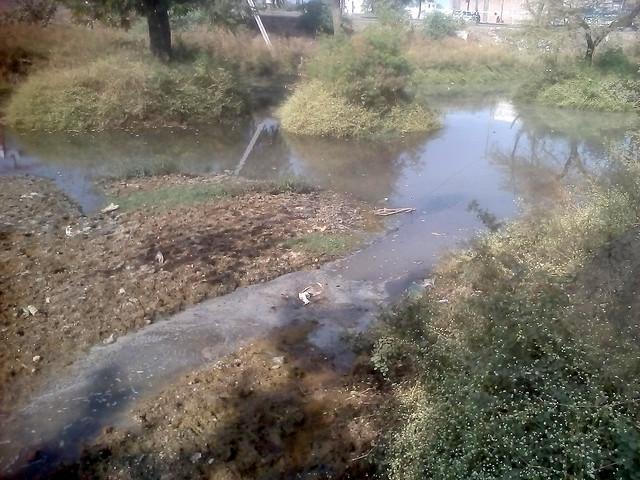 फैक्टरी से निकलकर भूजल को प्रदूषित कर रहा है गन्दा पानी