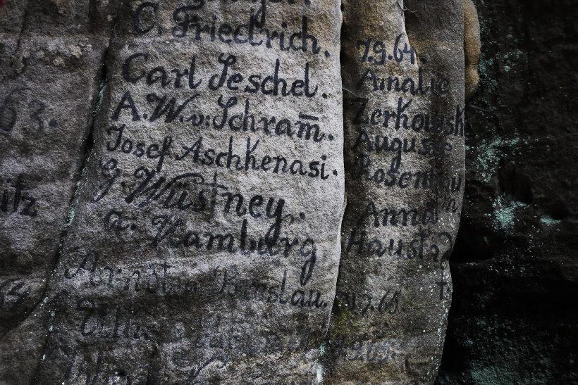 Góry Stołowe warto zobaczyć stare napisy Skalne Miasto