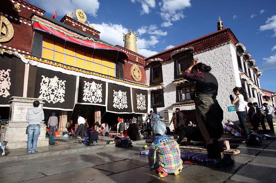 praying before Jokhang temple
