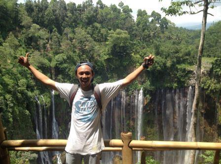 berfoto di panorama tumpak sewu