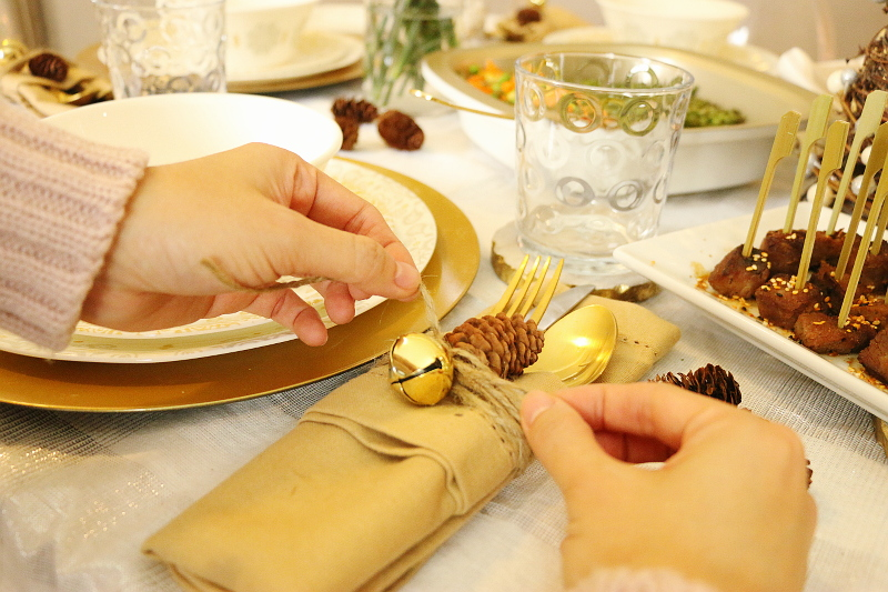 table-napkins-set-up-pinecones-2