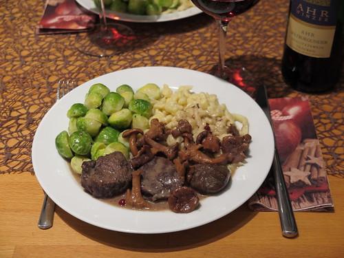 Wildschweinragout in Rotwein-Pfifferling-Soße mit Knöpfle und Rosenkohl