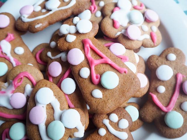 gingerbread cookies, gingerbread love, joulupipari, koristelu, joulupiparit, decoration, homemade, itse, color, green, white, pink, valkoinen, viihreä, poppu, pig, sydän, heart, ranskanpastillit, joulupöytä, christmas table, christmas feeling, big boost, christmas,joulu,