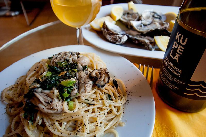 Les huîtres crues et spaghetti aux huîtres, avec bière basque