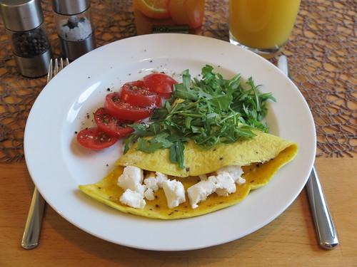 Omelett mit Ziegenfrischkäse, Tomaten und Rucola