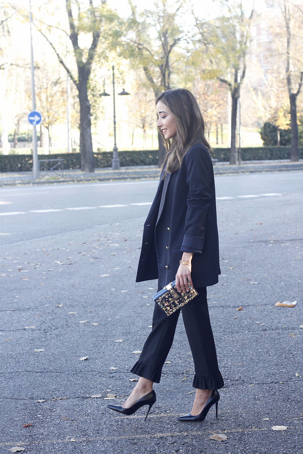Black trousers with a ruffle on the bottom uterqüe bag accessories black heels blazer outfit style fashion03