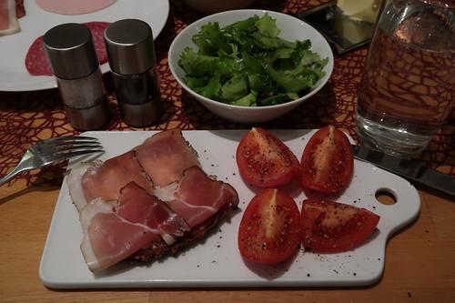 Schinkenspeck (von Bio Janssen) auf Dinkel-Vollkornbrot mit Tomaten und Blattsalat