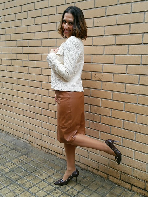 Camiseta, Karl Lagerfeld, falda lápiz piel camel , Dear Tee, casual, stilettos marrones, lady, casual, chanelita beige, T-shirts, camel leather pencil skirt, Brown stilettos, beige jacket, Stradivarius, Ralph Lauren, El Corte Inglés, Zara, Okeysi