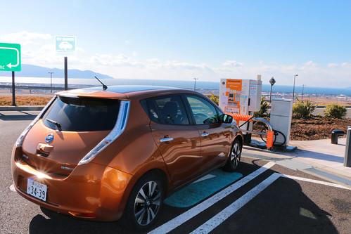 新東名 駿河湾沼津SA(上り)で急速充電中の電気自動車「日産リーフ」
