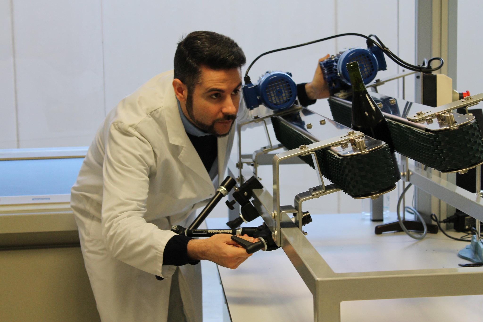 Técnico de AINIA en equipo de visión penetrante NIR
