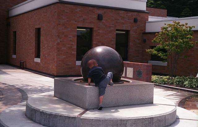球体に迫る子