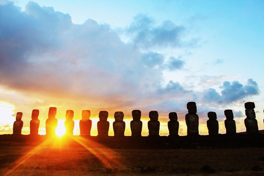 Amanecer en Ahu Tongariki, Isla De Pascua. Sunrise in Ahu Tongariki, Easter Island.