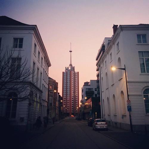 Na (werk)dagen van stralend blauwe luchten en een vroeg zonnetje 🌇 (zoals op de foto) uiteraard een weekend vol regen & wind. Ja. #belgianwinter #leuven #leuvenlove #seemyleuven #sintmaartensdal #earlymorning #sunrise #latergram
