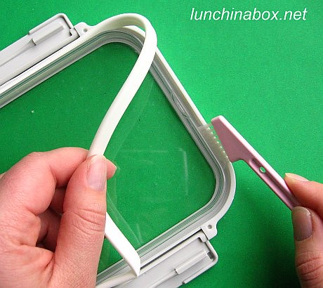 Cleaning under the rubber packing strip of a bento box lid | by Biggie*
