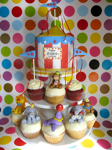 Circus cupcakes and cake | by jdesmeules (Blue Cupcake)
