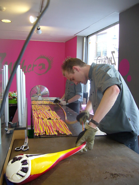 Elaborando caramelos en una tienda de Brujas