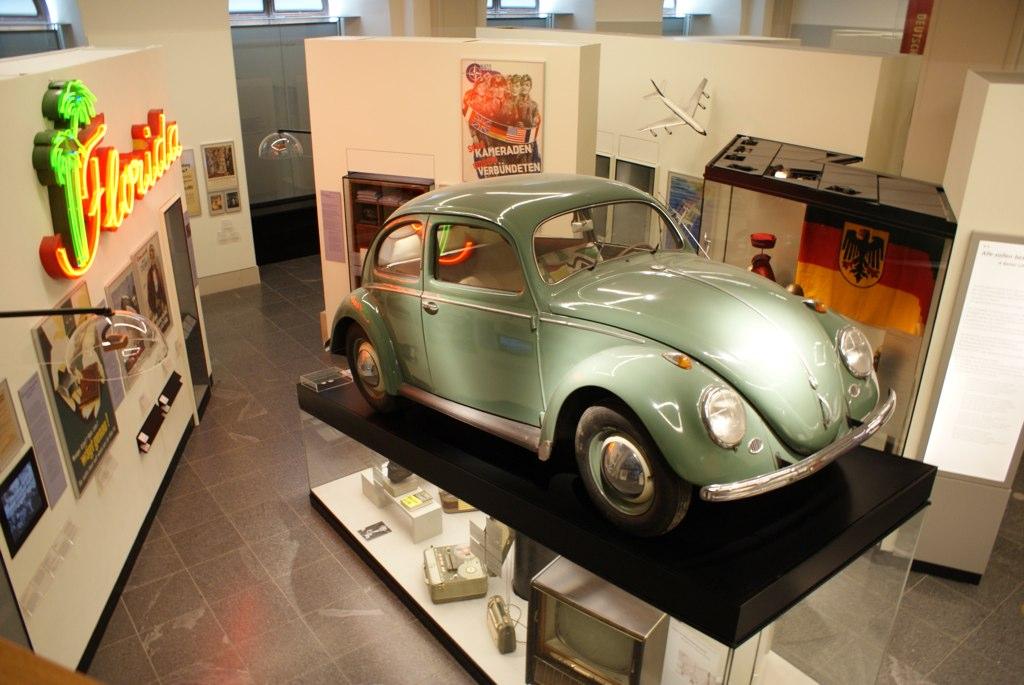 Dans le musée d'histoire allemande de Berlin, une Volkswagen en direction du ciel.