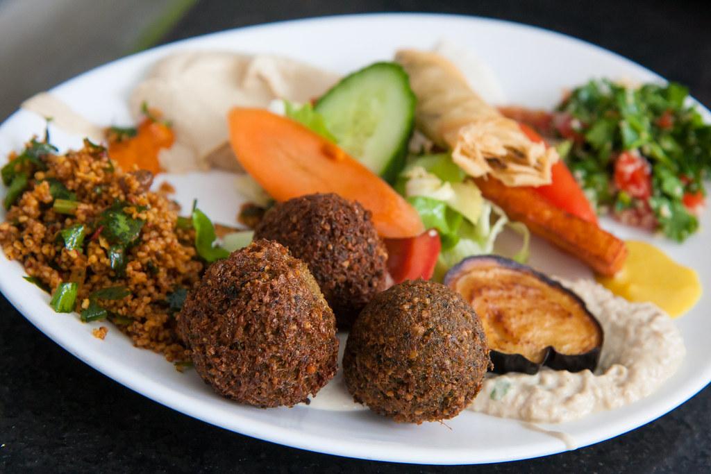 Dada Falafel, un restaurant végétarien avec une cuisine du proche orient à base de falafel, houmous, caviar d'aubergine.