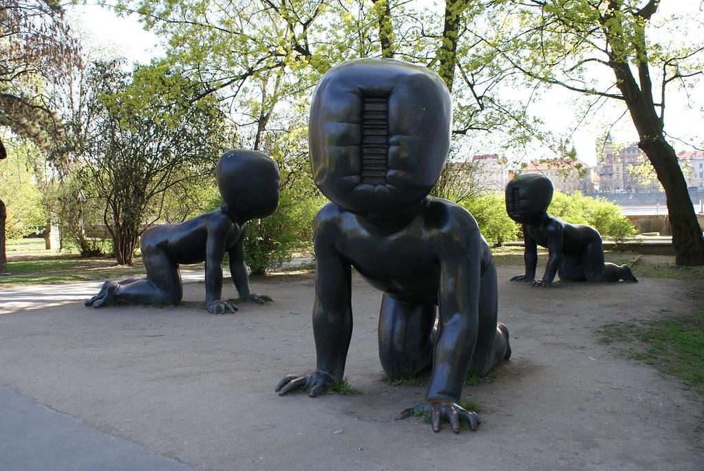 Bébés de David Cerny près du musée d'art contemporain Kampa à Prague.