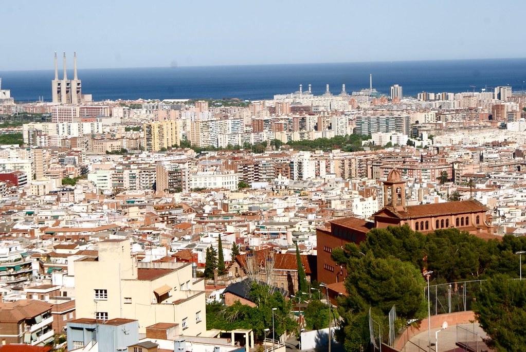 Vue sur Barcelone et la mer depuis le parc du Guinardo à Barcelone.