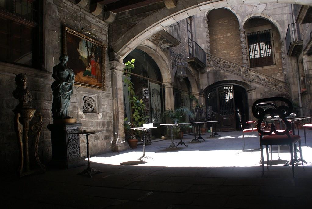 > Cour gothique à proximité du musée Picasso dans le quartier de la Ribera à Barcelone.