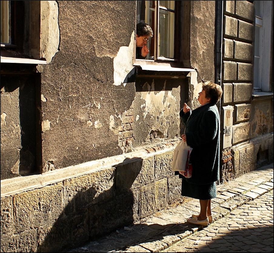 Pologne ou Italie ? Une conversation dans la rue - Photo de Christopher Walker