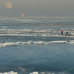 Dutch ice fishers watching the snow moon! | by B℮n