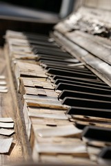 #01   The abandoned Piano by Ni1050