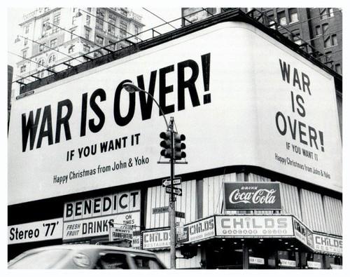 """The Beatles Polska: W 12 miastach odsłonięto plakaty """"War is over!"""""""